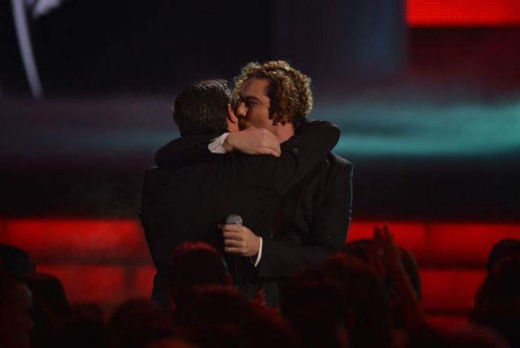 Este abrazo seguro recordaremos por siempre en Premio Lo Nuestro.