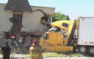 Un camión se estrelló contra un edificio de apartamentos en Fullerton
