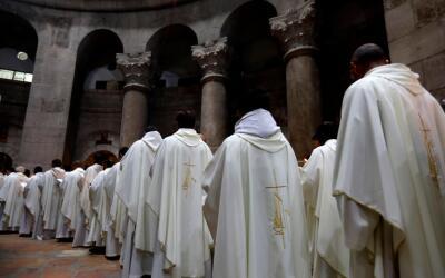 Sacerdotes católicos en la Iglesia del Santo Sepulcro (foto de ar...