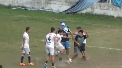 Jugadores de Almirante Brown se pelearon con 'barristas'