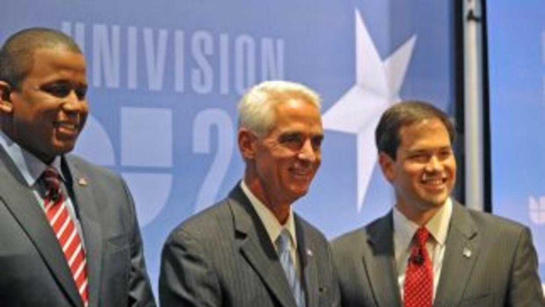 El representante Kendrick Meek, el gobernador Charlie Crist, y el ex asa...