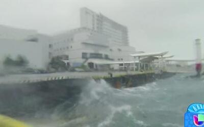 El tifón 'Neoguri' azota las costas de Okinawa, Japón
