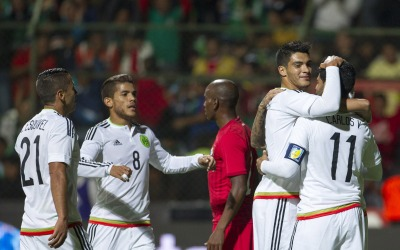 México celebra el único tanto del partido.