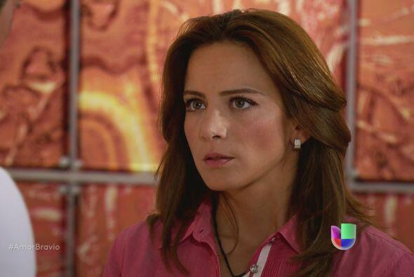 Camila se siente incómoda de verlo, le pide que haga sus cosas si...