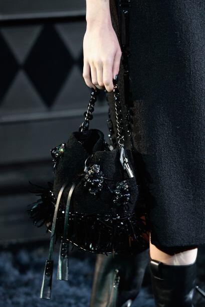 Flores negras, también adornan los bolsos.