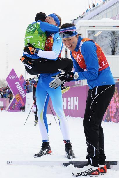Iivo Niskanen de Finlandia celebra con compatriotas tras ganar oro en el...