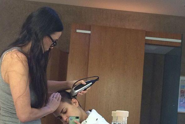 Demi Moore, de 52 años, ayuda a su hija a rasurase la cabeza, para mante...