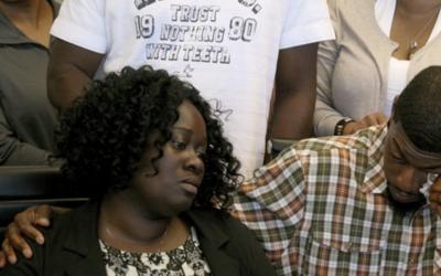 Odell Edwards junto a su esposa Charmaine Edwards, padres del joven de 1...