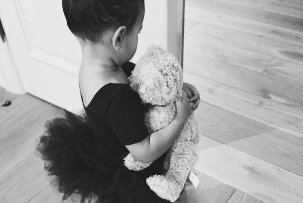 ¡Mira qué encantadora Nori vestida con su tutú negro y cargando su osito...