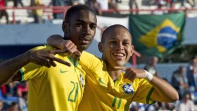Gerson habilitó a Guilherme que tras una corrida perfecta definió con pr...