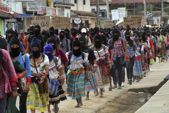"""Un contingente formado por cientos de """"zapatistas"""", marchó para exigir j..."""