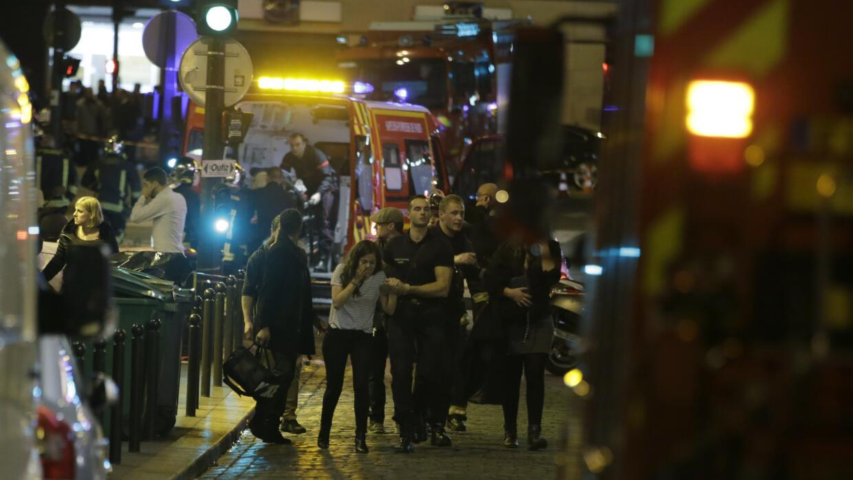 Los bomberos retiran a los heridos cerca del Estadio Saint-Dennis