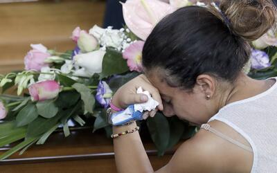 El duelo por las víctimas del terremoto embarga a miles de person...