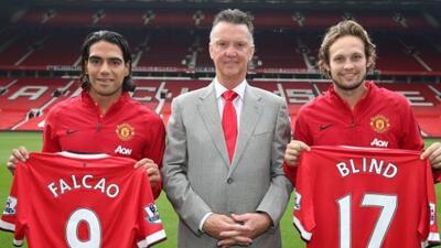 Radamel Falcao y Daley Blind posaron con la playera del Manchester Unite...