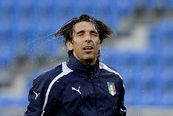 Chapuzón de Buffon durante los entrenamientos de Italia.