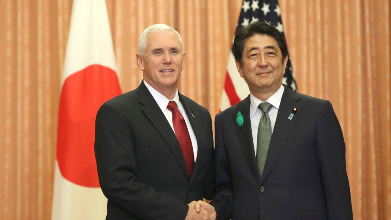 El vicepresidente de EEUU, Mike Pence, y el primer ministro de Japón, Sh...
