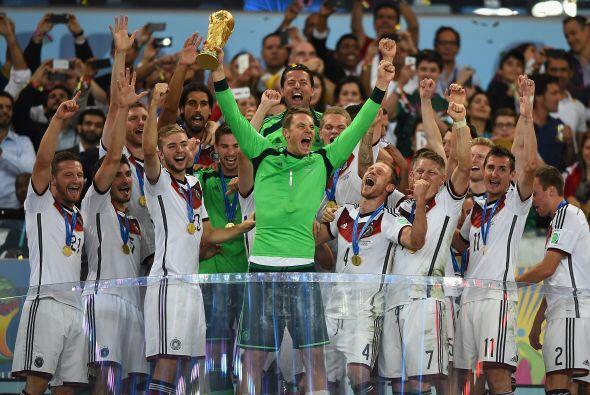 Manuel Neuer acaba de concluir una temporada estupenda de la mejor maner...