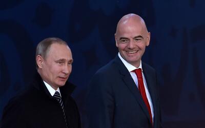 Protocolariamente, Infantino entregará la copa junto a Vladimir P...