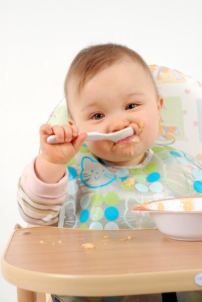 Probar comida sólida. El paso de la leche a las primeras papillas...