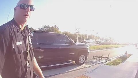En medio de la escena de un atropello, un oficial interroga a la víctima...