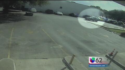 Autoridades alertan sobre la presencia de un asaltante que espera afuera...