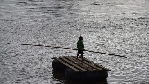 Un niño en una balsa improvisada en el río Suchiate, frontera natural en...