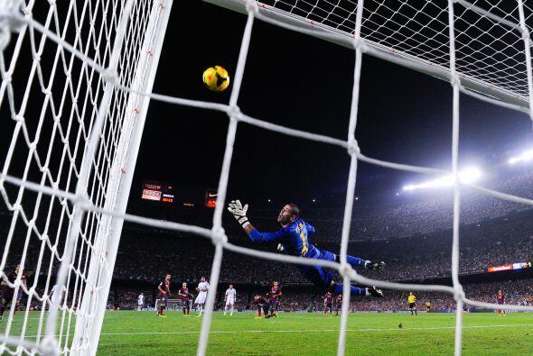 Benzema pegó una en el poste.