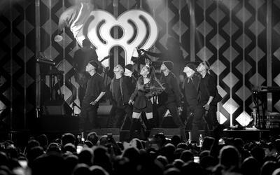Ariana Grande y sus bailarines en un concierto previo a su presentaci&oa...