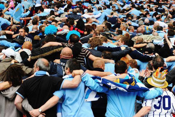 Cadena humana de los seguidores del Manchester City para apoyar a su equ...