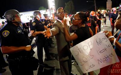 Siguen protestas rechanzando muerte de afroamericano baleado por Policía