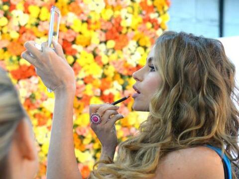 Sofía Vergara se rodeó de flores y mucho color para recibi...