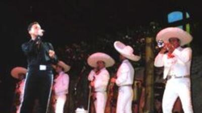 Durante un concierto de Cinco de Mayo, Luis Miguel le cantó a Mariana Pi...