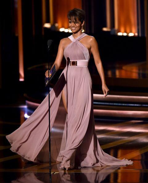 Halle Berry fue otra de las bellezas que sorprendió en el escenario.