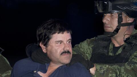 """Joaquín """"El Chapo"""" Guzmán es escoltado esposado a un helicópte..."""