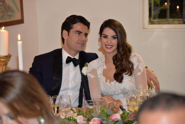 Ya en la mesa de los novios, Vanessa y Jorge enviaron saludos a S&aacute...