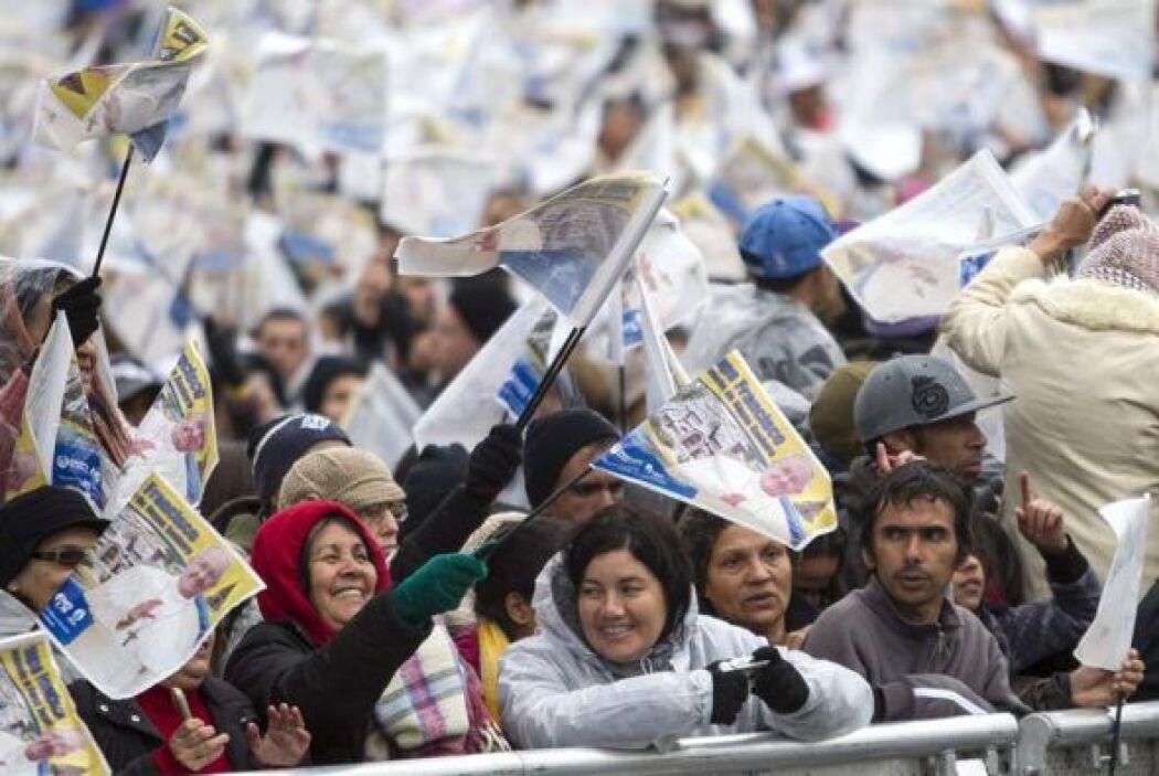 Fieles esperan el paso del papa Francisco durante su recorrido al Santua...