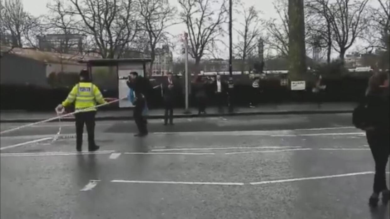 En un minuto: La policía británica dice que cinco personas murieron en e...