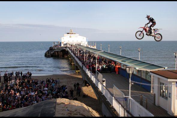 ¡Increible! Motociclista salta un muelle