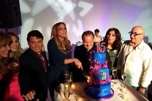 Hasta partieron un delicioso pastel de aniversario.