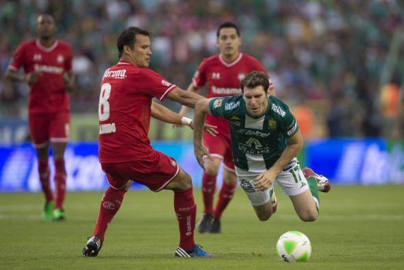 Aarón Galindo (5): El defensa central perdió la marca en el remate a gol...