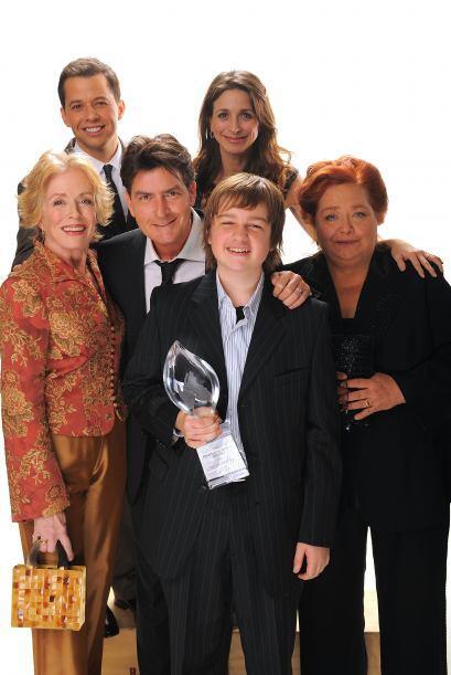 El elenco entero del programa, tras ganar un People's Choice Award. Lee...