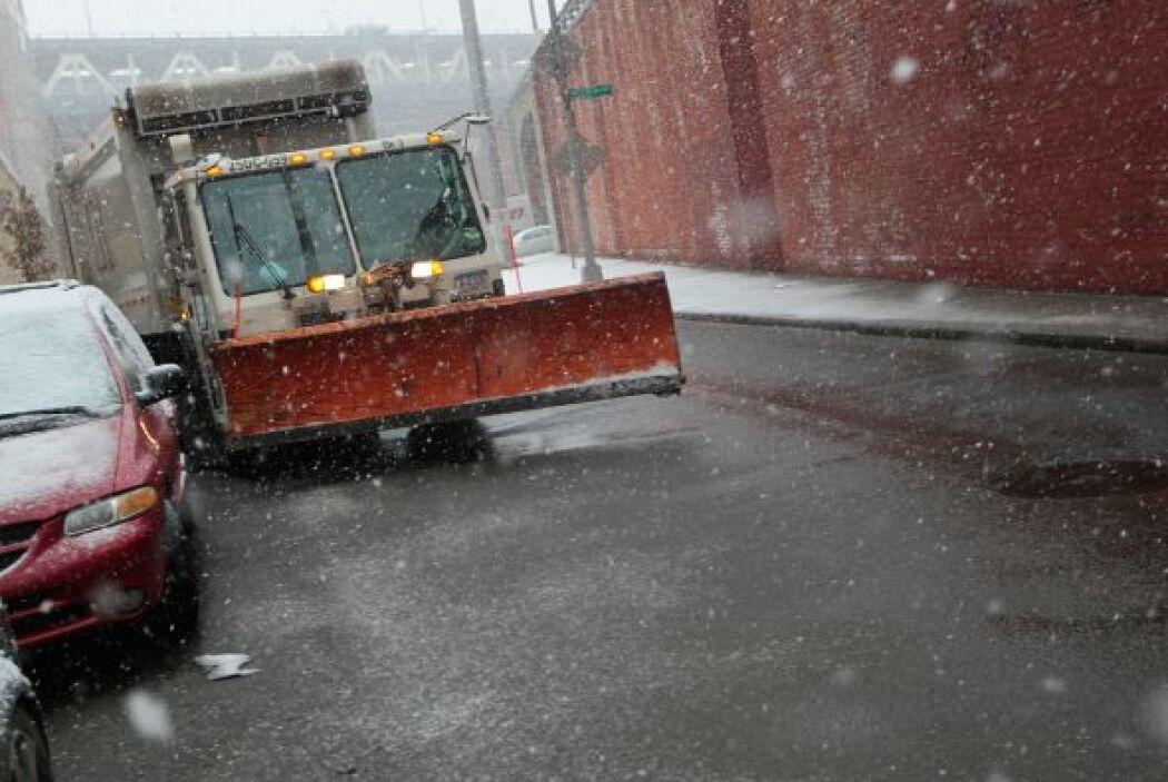 Cientos de camiones quitanieve y esparcidores de sal trabajan en los cin...