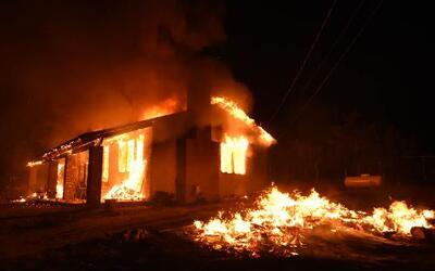 Alrededor de 100 viviendas han sido consumidas por el fuego.