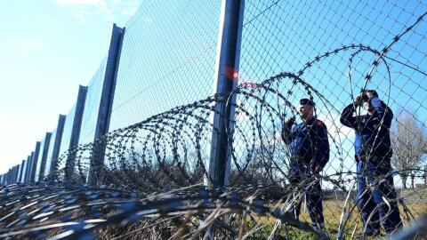 Las autoridades húngaras han tenido que levantar una cerca en su...