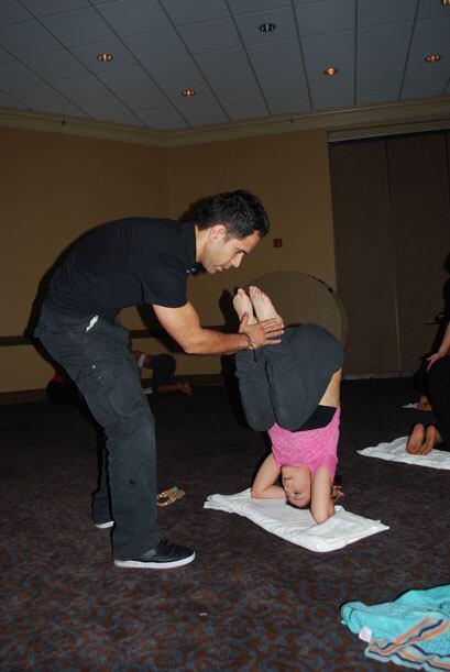 Esta vez, el maestro puso a las chicas a hacer yoga.