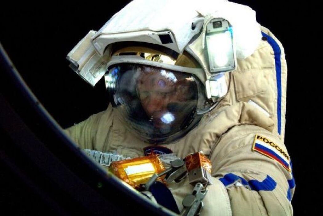 Aqui Eleg Artemyev se prepara para una caminata en el espacio. Fotos tom...
