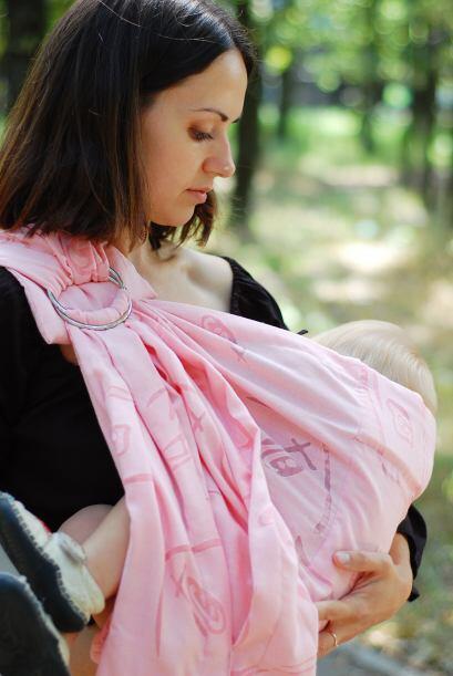 Aplícate leche materna. Tras alimentar al bebé, frota unas gotitas de tu...