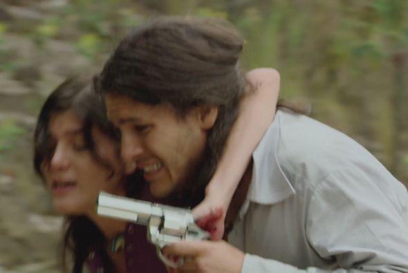 Rosy tiene un tiro en el estómago y 'Cejas' trata de sacarla del lugar c...