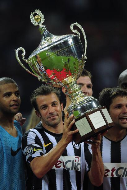 Y aunque en torneos amistoso, pero siguió levantando trofeos.