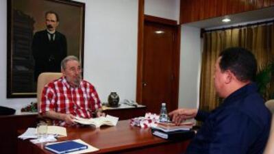 El presidente Hugo Chávez visitó de sorpresa al líder cubano, Fidel Castro.